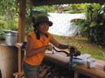 Elena moliendo café